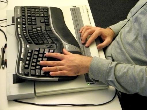 Braillezeile mit Tastatur und Auflage