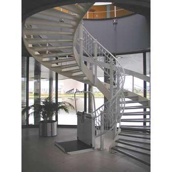 mit kurvigem Treppenverlauf
