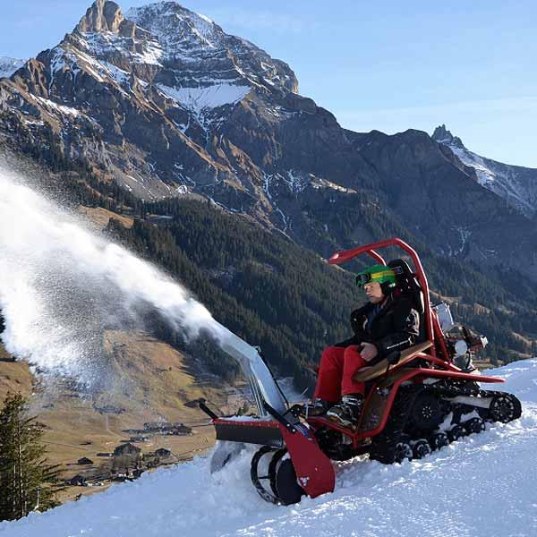 Raupenfahrzeug im Schnee