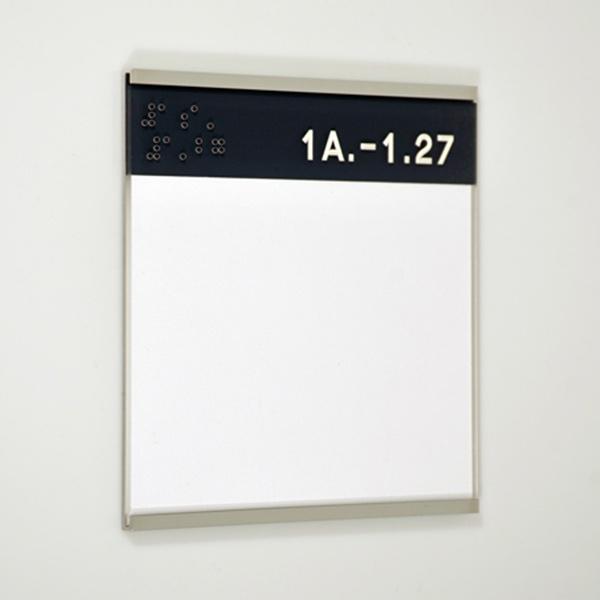 Türschild mit taktiler Kennzeichnung der Raumziffer