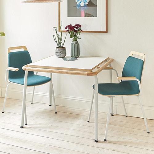 Sitz mit Tisch Halt