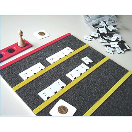 Klettbrett mit Braillebuchstaben (Vollschrift)