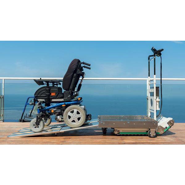 Domino People, Rampe ausgeklappt mit Rollstuhl
