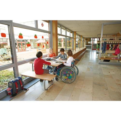 Rollstuhlfahrergeeignete Bank-Tisch-Kombination