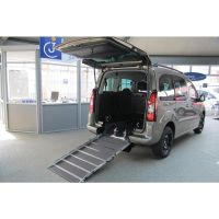Behindertenfahrzeug mit absenkbarem Heck